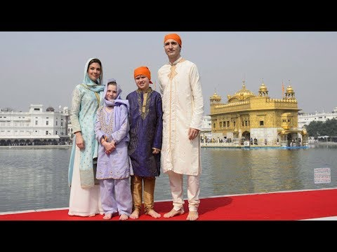 Justin Trudeau visits India's Golden Temple, helps make roti
