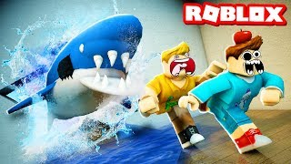 ESCAPE THE FISH STORE IN ROBLOX! We got the Deadliest Goldfish Ever! (Roblox Obby)