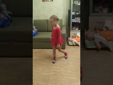 Начинающая гимнастка