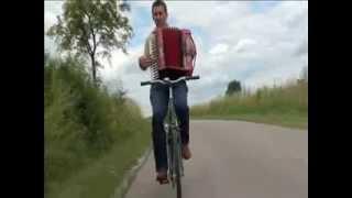 Siadła pszczółka/Hej, z góry z góry jadą Mazury (folk song) accordion performace by bicycle