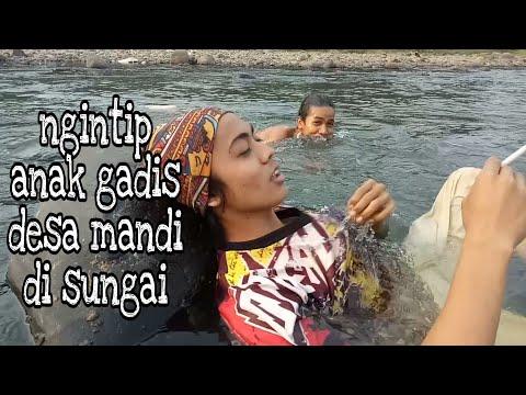 Ngintip anak gadis desa mandi di sungai