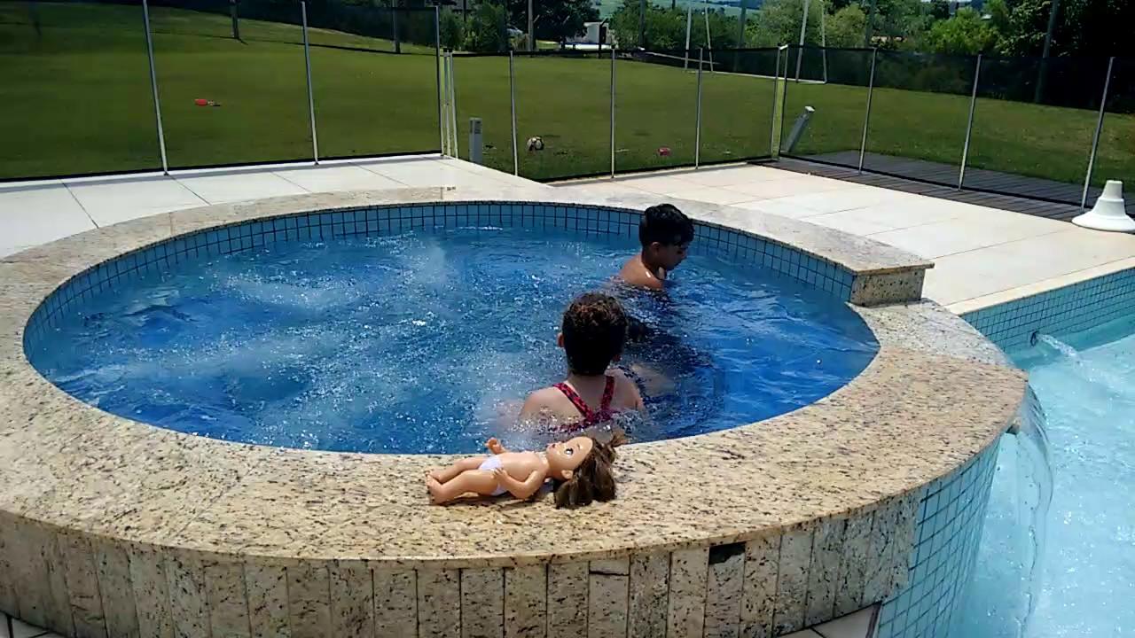 Manu em domingo maravilhoso na piscina com seus amigos for Caillou na piscina