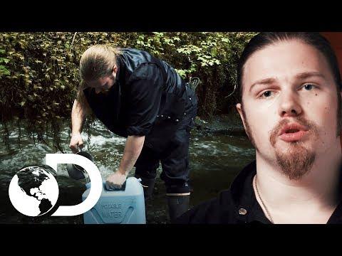 Noah trae agua potable a la casa | Alaska: Hombres primitivos | Discovery Latinoamérica