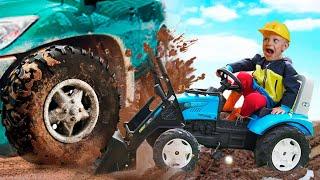 Малыш на тракторе ковшом спасает Застрявшего Папу в Грязи