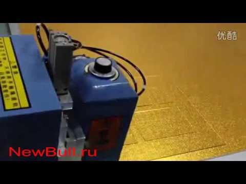 Планшетный режущий плоттер DCZ в процессе выкраивания картонной рамки для нескольких фото, режущий п