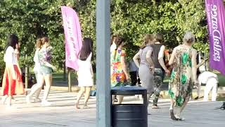 俄罗斯女孩广场舞就像中国女士流行的广场舞  Russian girls square dance just like Chinese ladies popular square dance