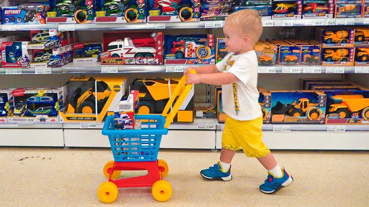 Chris và mẹ mua sắm trong cửa hàng đồ chơi