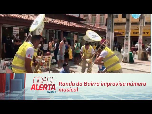 Ronda do Bairro improvisa número musical no Centro de Maceió