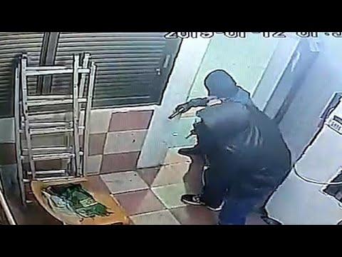 העובד נאבק עם השודד החמוש
