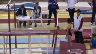 Маленькая гимнастка на брусьях