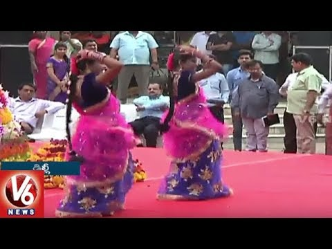 Girls Dances For V6 Bathukamma Song At Telangana Bhavan In Delhi | V6 News