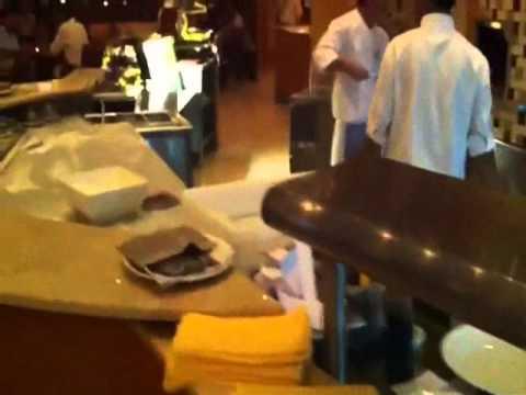 Besorer@s Viajer@s Cenando en un italiano en Abu Dhabi by Maria Jose Besora