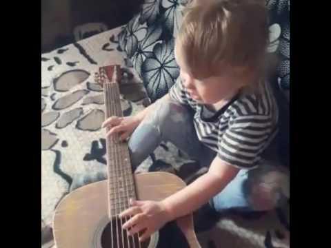 Юная гитаристка Аделиночка