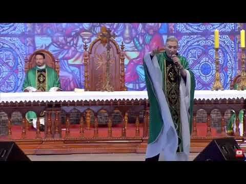 Mulher empurra e derruba padre Marcelo Rossi de palco durante missa