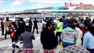Maestros y jornaleros se enfrentan a SAT frente a agentes del CBP