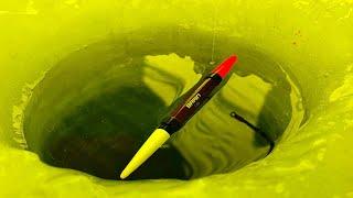 ВОТ ЭТО ПОКЛЕВКИ ПОПЛАВОК ТЯГАЕТ И ТОПИТ В ЛУНКИ рыбалка зимой на поплавок