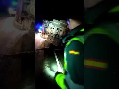 Un herido leve al volcar un camión de transporte especial en Láncara
