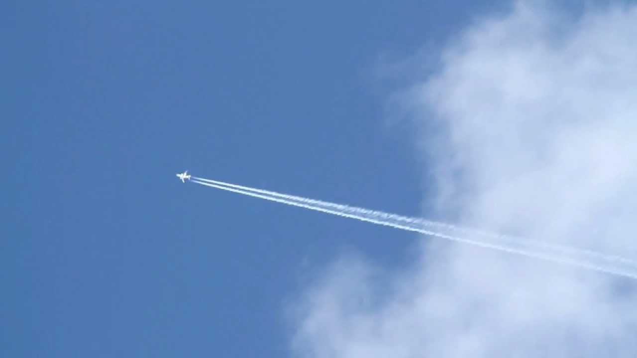 Hight Altitude Jet Making a Vapor Trail - YouTube
