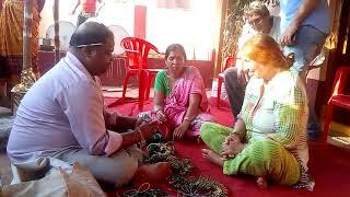Путешествие по Индии. Подготовка к индийской свадьбе. Дом жениха. Всем женщинам одевают бэнгл.