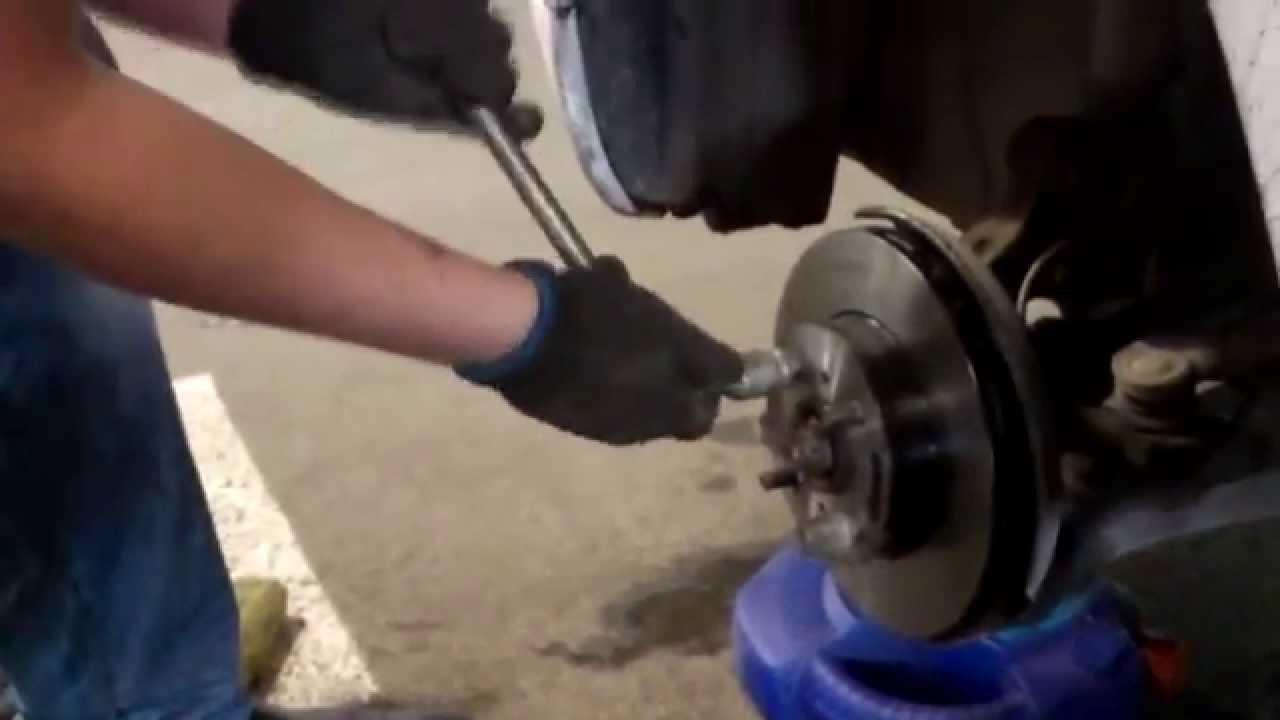 Замена тормозных дисков и колодок Chevrolet Cruze - YouTube