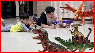 집에 나타난 공룡 잡아라! 너프건 장난감 총 놀이 공룡 피규어 스티커 장난감 뉴욕이네 가족 NY Family