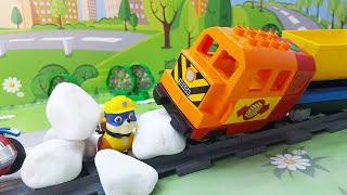 Видео для детей с игрушками Щенячий Патруль - Крепыш попал в западню! Мультики про машинки и поезда.
