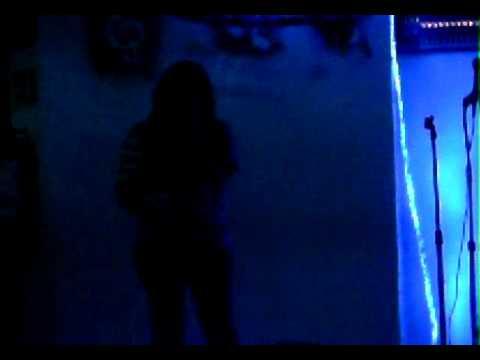fanny cantando en karaoke