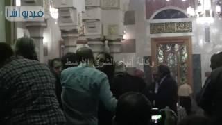 بالفيديو : حوار جانبي بين وزير الثقافة والمخرج خالد يوسف فى عزاء الراحل محمد خان