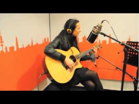 nerina-pallot-put-your-hands-up-live-at-radio-hamburg-faelastv