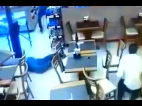 Cliente morre e policial fica ferido em assalto a padaria em SP   SBT Brasil (17/05/18)