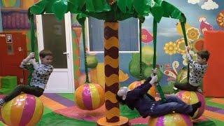 МНОГО МНОГО шариков и аттракцион ПАЛЬМА-КАРУСЕЛЬ  Близнецы веселятся в Большом Парке развлечений