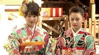 モデルで女優の山本舞香と桜井日奈子が、成人式を前に東京大神宮で晴れ...