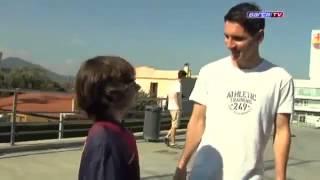 Un jeune joueur sans pieds défie Lionel Messi !