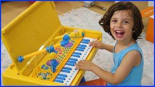 Yankı Yeni Piyanosu ile Şarkılar Söylüyor   Prens Yankı