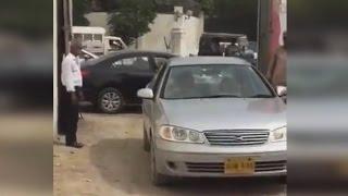 Un auto estacionado le bloquea la salida y se lo destruye con su propio auto