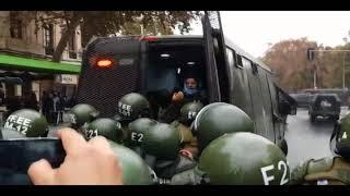 CARABINEROS DE CHILE golpea a mujer (detenida) en MARCHA FEMINISTA