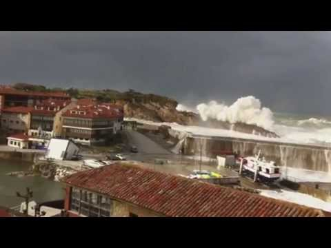 Llanes, las olas superando el Paseo San Pedro