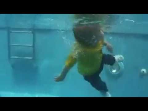 Havuza Düşen Bebek Kendi Kendine Mücadele Ediyor.