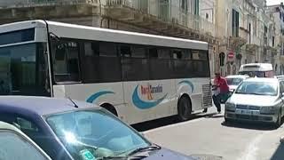Autobus in panne, i cittadini lo fanno ripartire a spinta