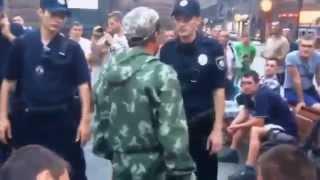 Новая полиция Украины пакует наркоманов и пьяниц на Крещатике , Киев