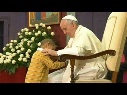 El niño que le robó el show al Papa en el Vaticano