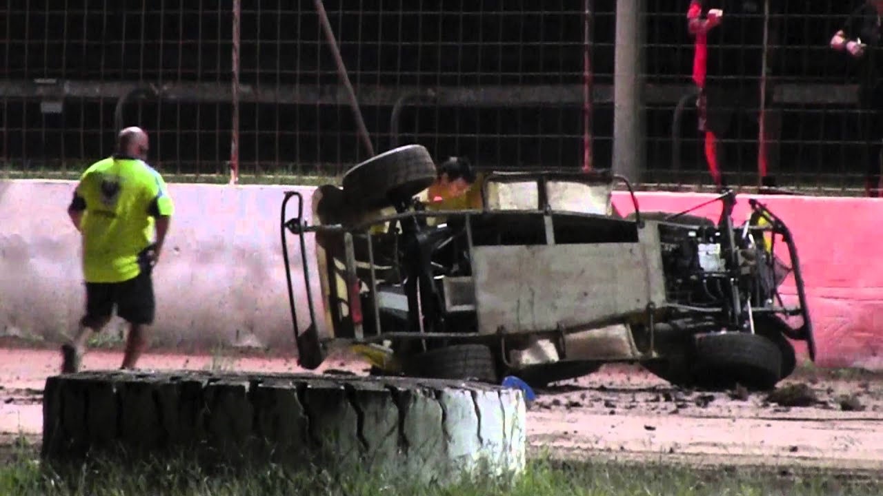 Legend Car Crash - Nowra Speedway 12-3-16 - YouTube