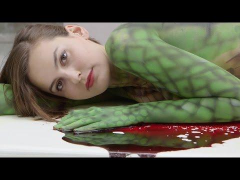 """PETA-Bodypaintaktion mit """"Krokodil"""" vor Hermès-Store in Berlin"""
