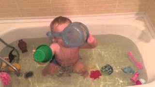 Малыш купается в ванной(, 2016-02-24T07:23:45.000Z)