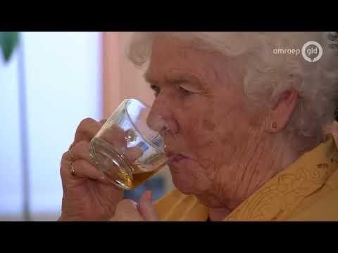 IJsjes en limonade voor ouderen vanwege warm weer