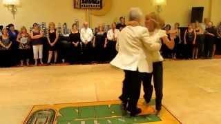 Танцует пожилая пара