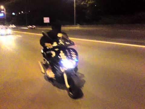Cabrage Gilera 200 sur l'auto route martinique .. PARASITE 4 LIFE