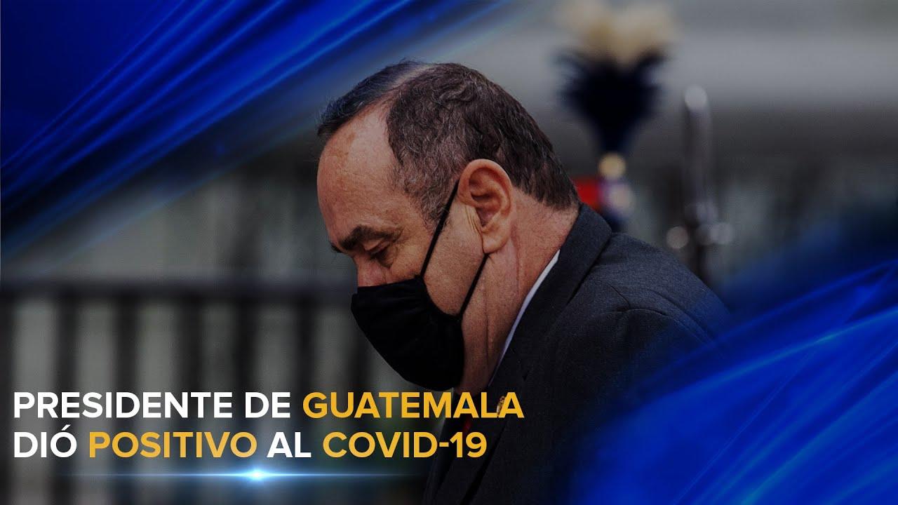 El presidente de Guatemala Alejandro Giammattei además ora por las víctimas del Covid-19.