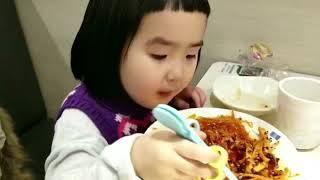 Foodie XiaoMan 超萌小吃貨~小蛮殿下晚餐點滴....事實麵是母后吃的,小蛮只喝湯😌🌈🍄🥣 #meal #baby #eatingmachine #小蛮 #xiaoman