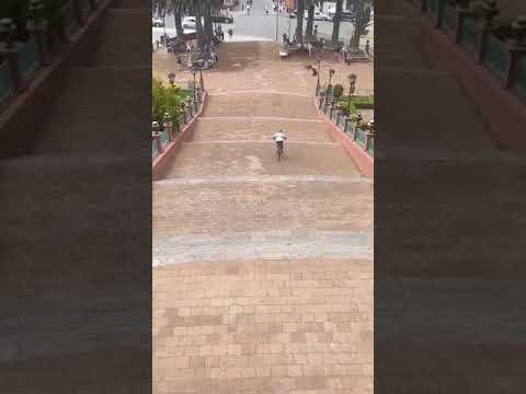 Ciclista choca contra pandero y le tira su canasta ¿a propósito o sin querer?
